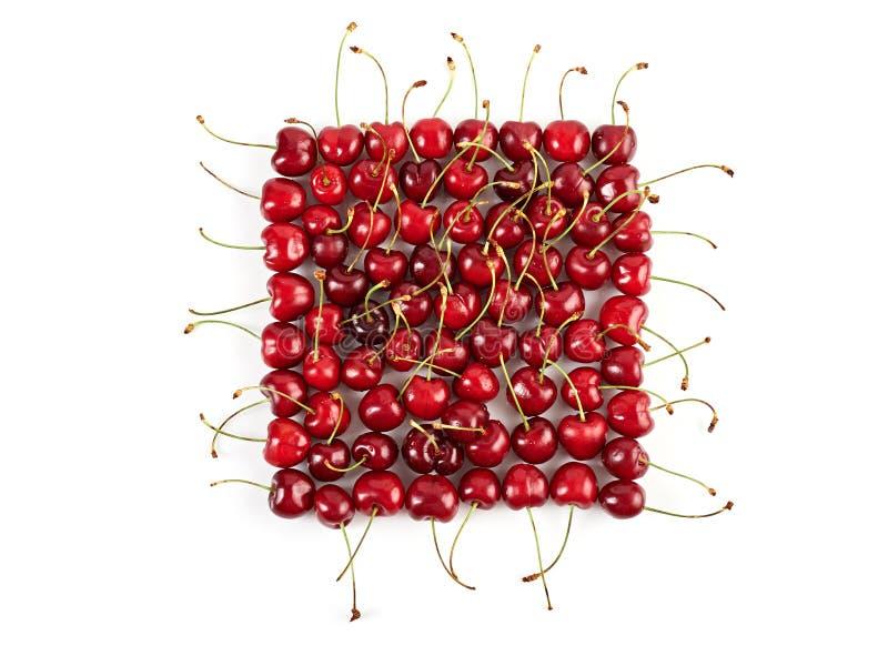 Cerezas maduras colocadas en forma cuadrada imagenes de archivo