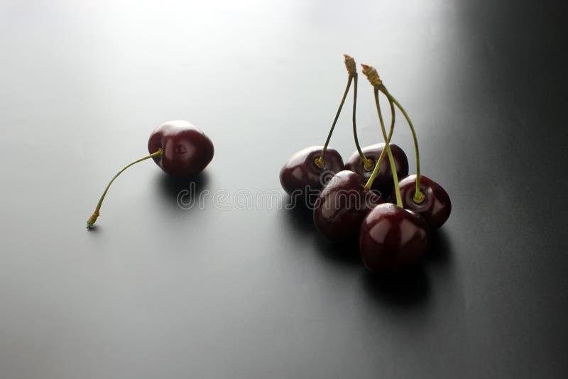 Cerezas maduras dulces Cereza fresca en fondo negro Cultivo de abundancia fotografía de archivo libre de regalías