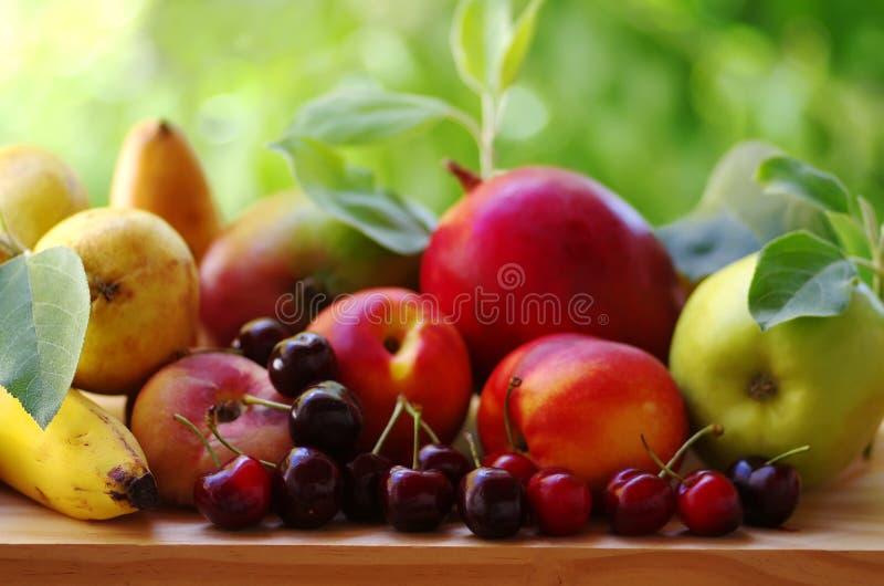 Cerezas maduras y frutas clasificadas imagen de archivo