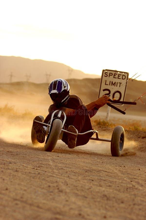 Cerf-volant Buggying de désert photo stock