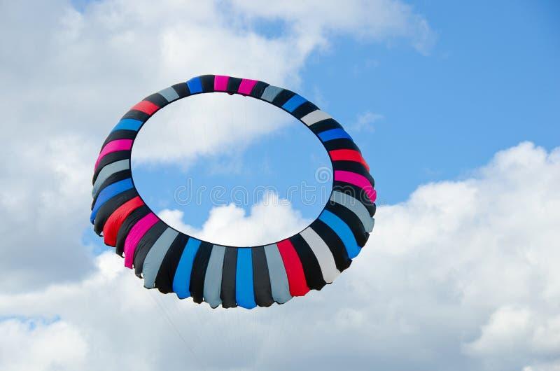 Cerf-volant circulaire dans le ciel photos stock