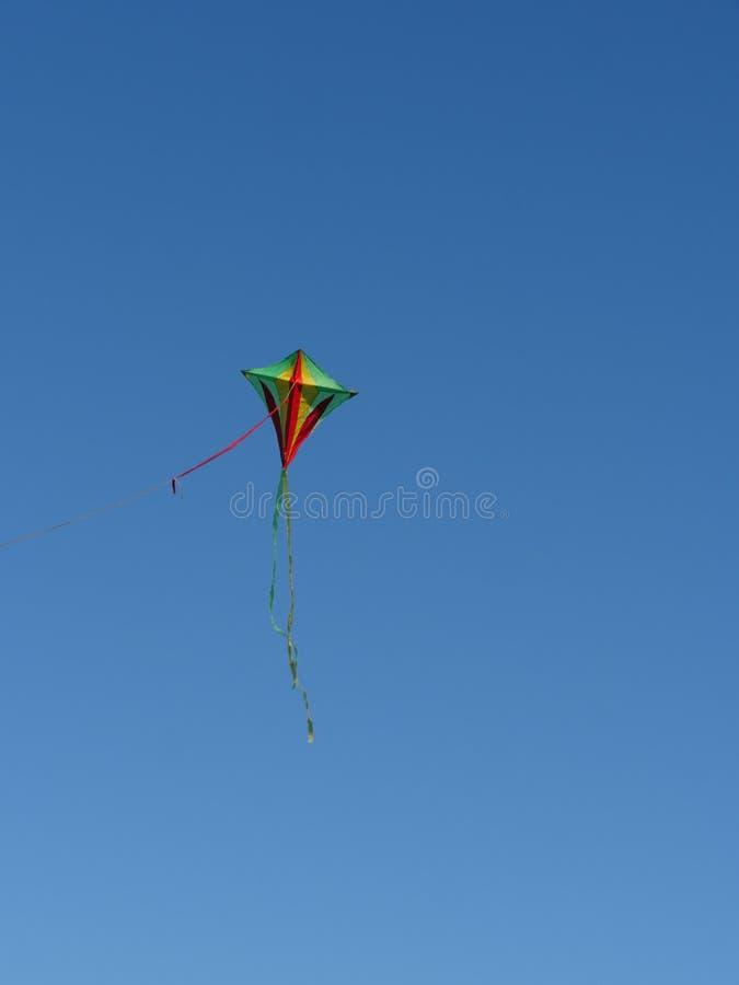 Cerf-volant coloré dans le ciel photo stock