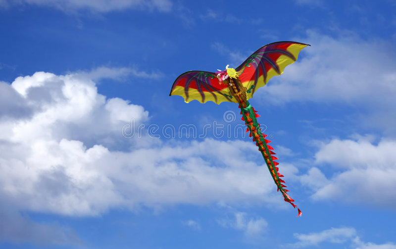Cerf-volant de dragon dans le ciel photos stock