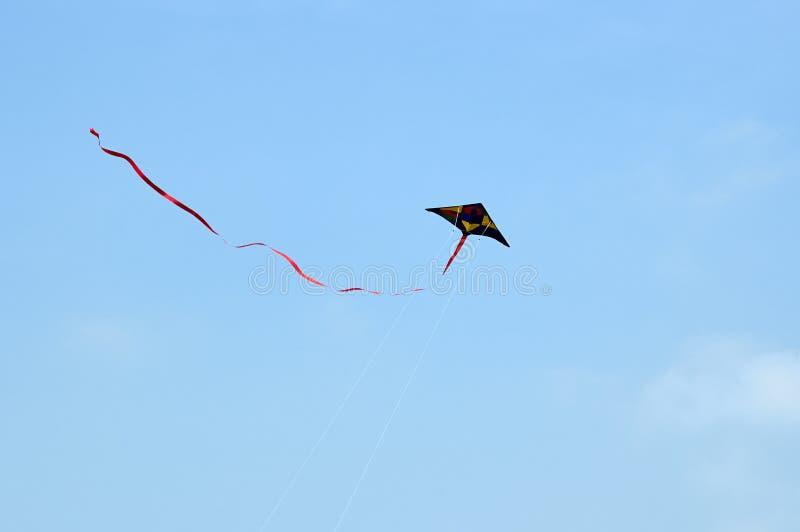 Cerf-volant de vol dans le ciel photo stock