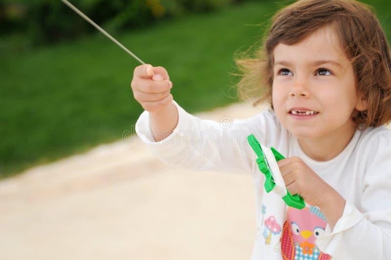 Cerf-volant de vol de fille photos stock