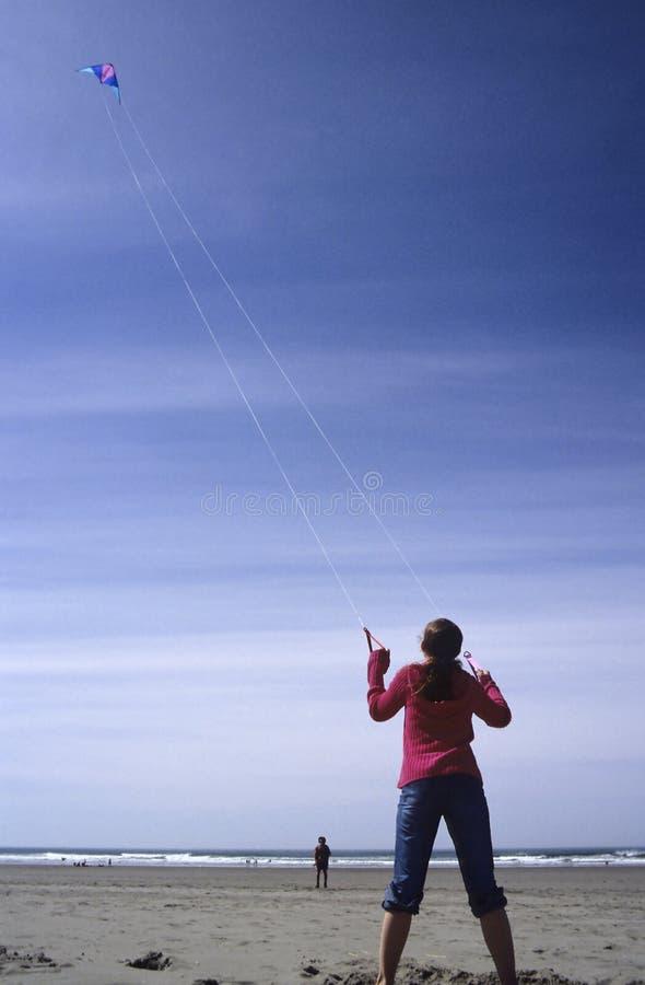 Cerf-volant de vol de fille photographie stock libre de droits