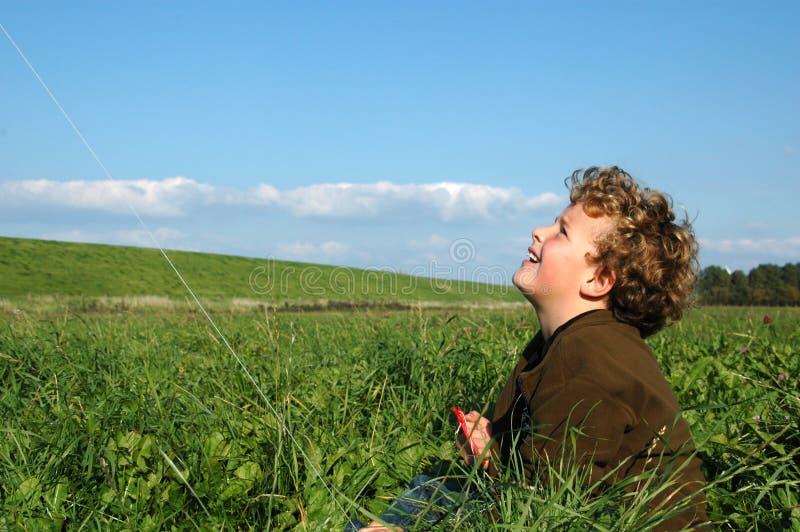 Cerf-volant de vol de garçon photographie stock libre de droits