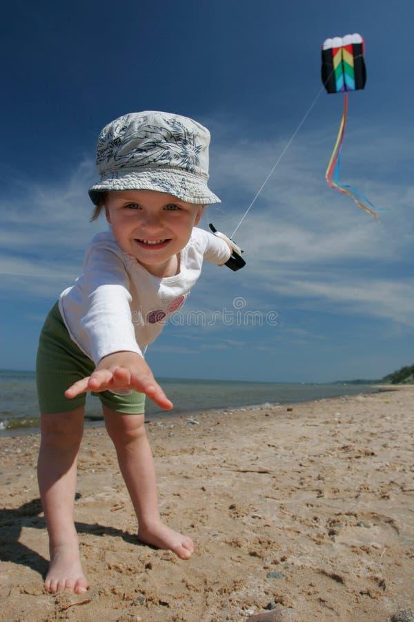 Cerf-volant de vol de petite fille image stock