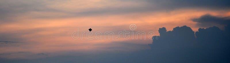 Cerf-volant volant haut dans le ciel photo stock