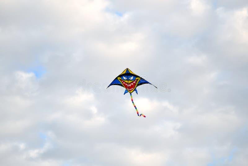 Cerf-volant plusieurs couleurs traçant au-dessus du ciel image libre de droits