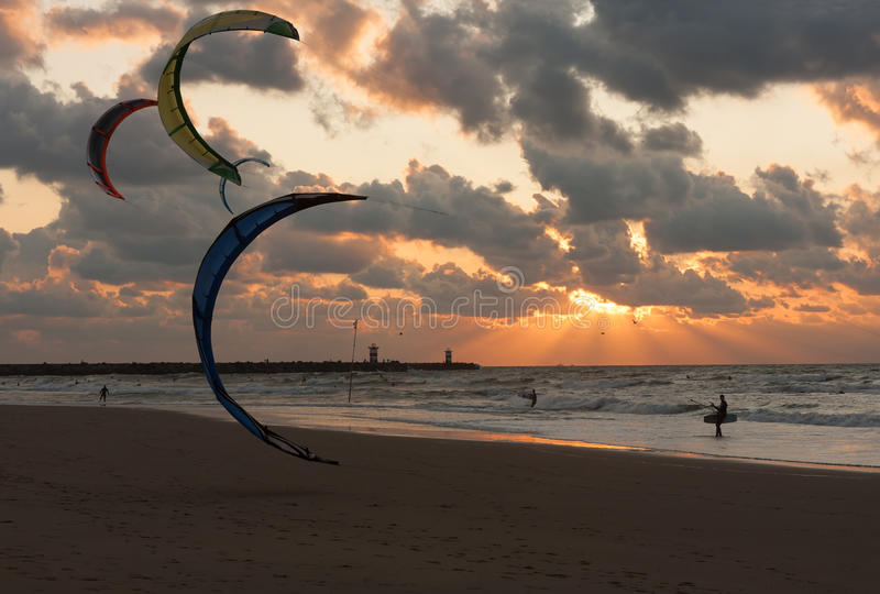 Cerf-volant surfant dans le coucher du soleil à la plage néerlandaise photographie stock