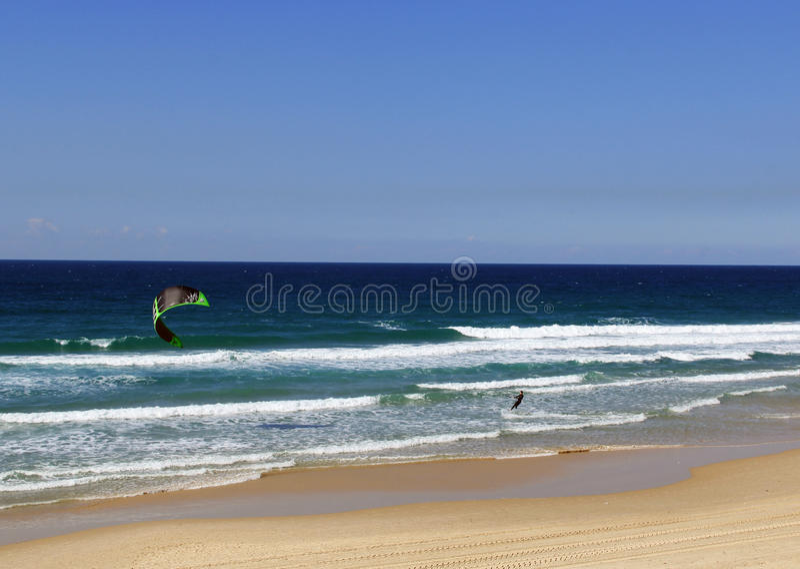 Cerf-volant surfant sur la mer Méditerranée en Israël photographie stock libre de droits