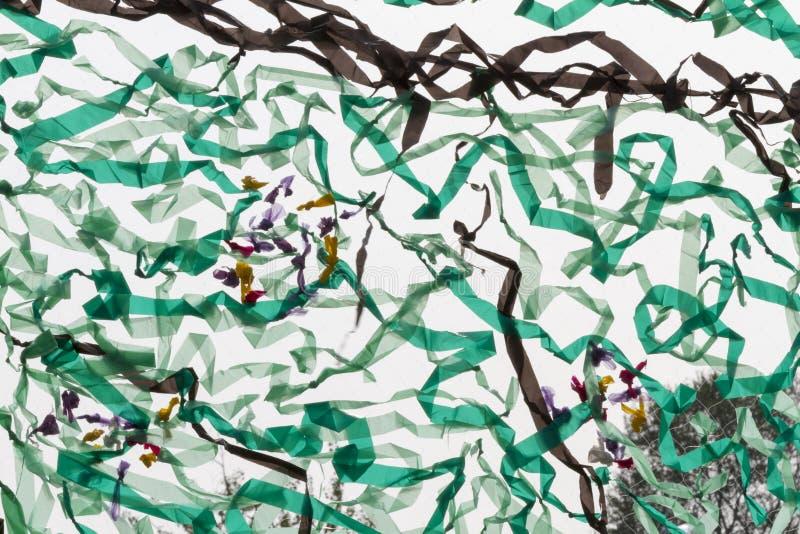 Cerfs-volants colorés volant dans le ciel illustration de vecteur