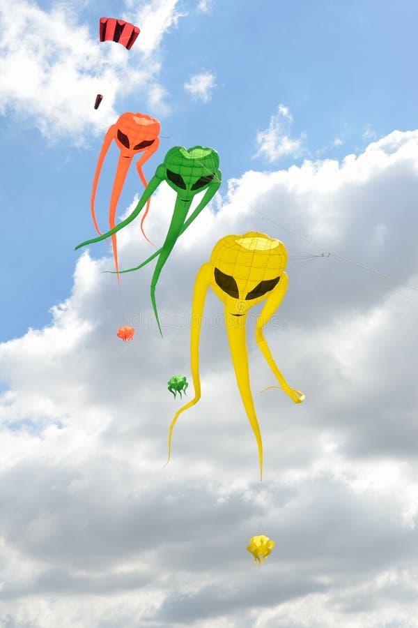 Cerfs-volants d'envahisseur de l'espace sur la ligne images stock