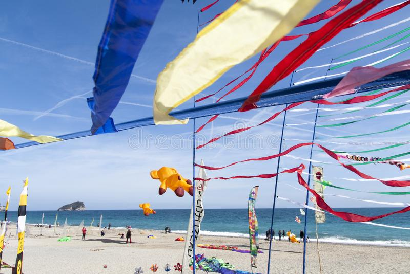 Cerfs-volants volants en Riviera ligurienne, spotorno photos stock