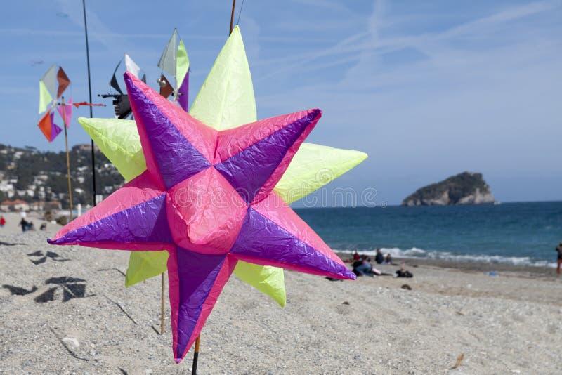 Cerfs-volants volants en Riviera ligurienne, spotorno image stock