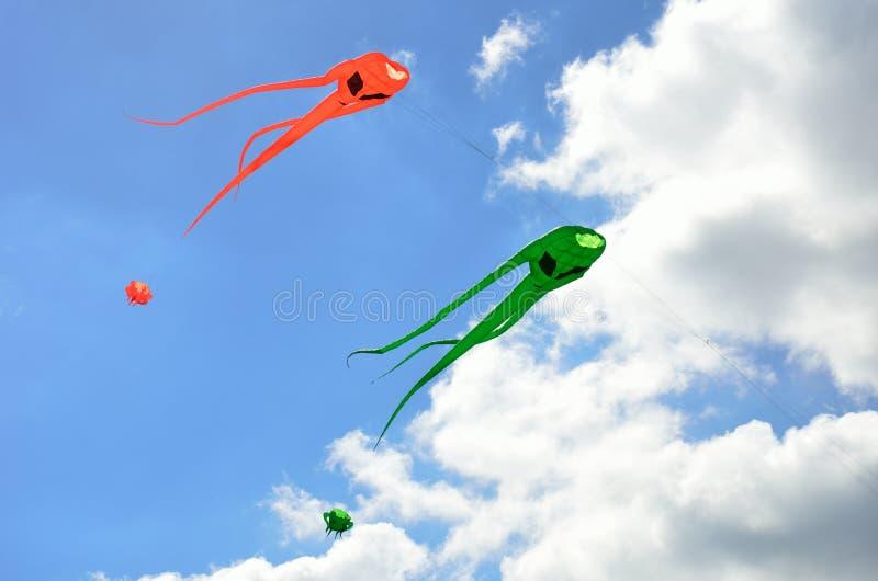 Cerfs-volants oranges et verts d'envahisseur de l'espace photos stock