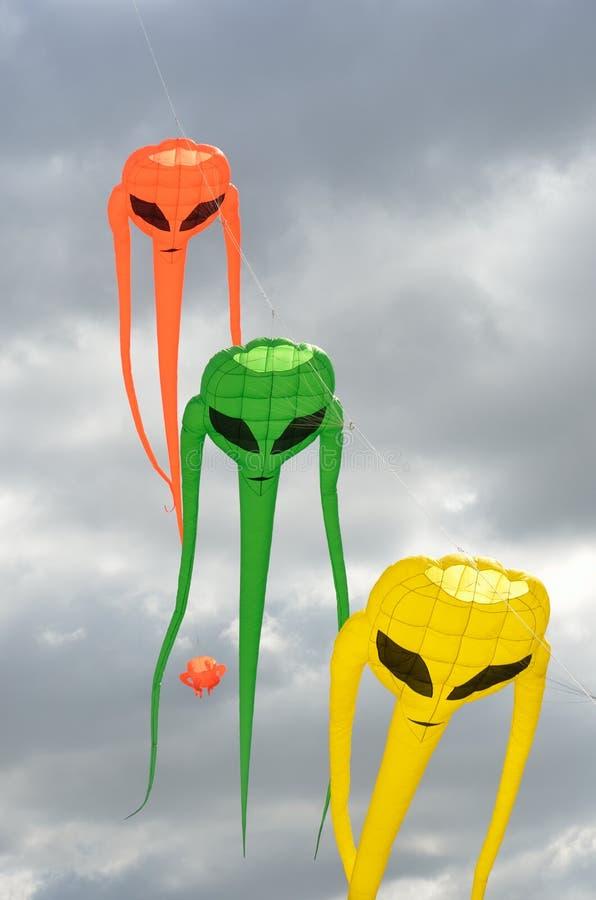 Cerfs-volants verts et jaunes oranges d'envahisseur de l'espace photos stock