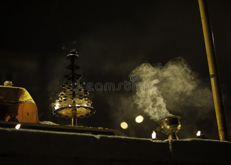 Cerimónia de Puja do rio de Ganges, Varanasi India fotografia de stock