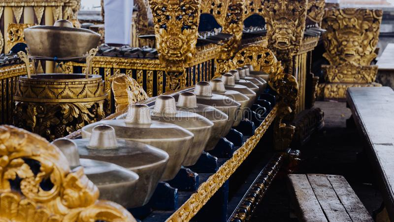 A cerimônia dá sinal de gongo em Pura Besakih Temple na ilha de Bali, Indonésia fotos de stock royalty free