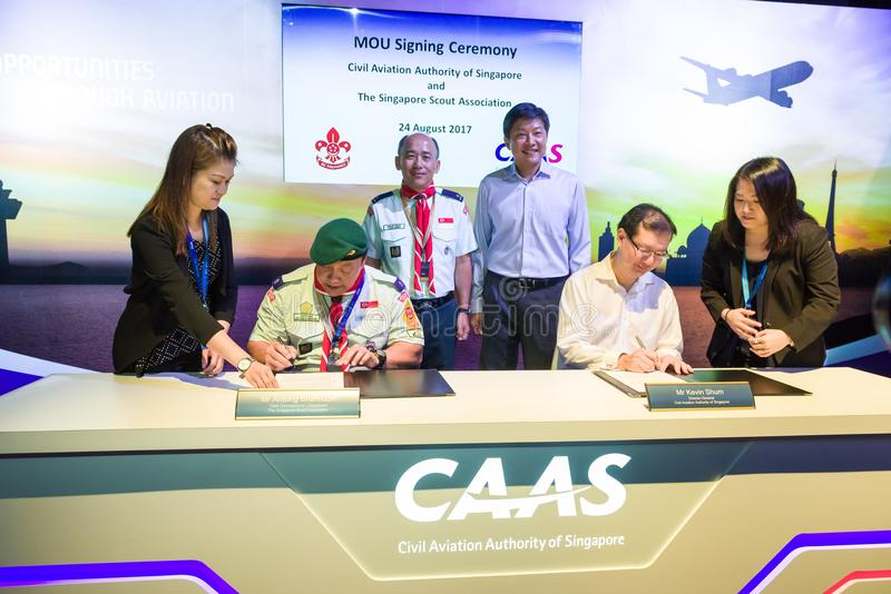 Cerimônia de assinatura do memorando de acordo na casa aberta da aviação fotografia de stock