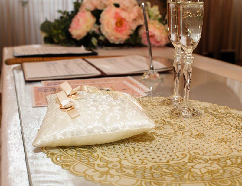 Cerimônia de casamento da união Alianças de casamento com vidros do champanhe imagens de stock royalty free