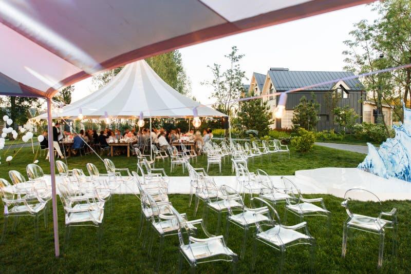Cerimônia de casamento exterior na floresta e nas barracas do casamento foto de stock royalty free