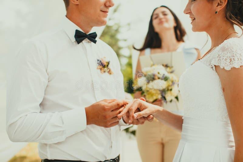 A cerimônia de casamento, fecha-se acima das mãos com anéis imagem de stock royalty free