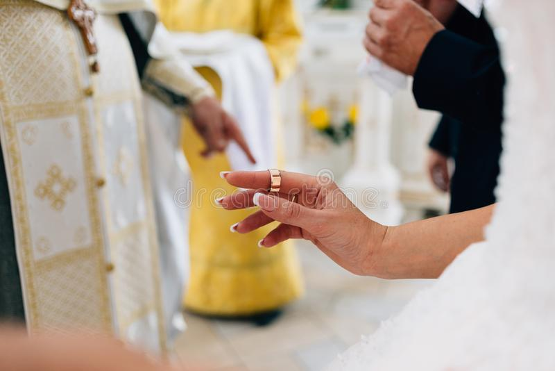 Cerimônia de casamento, igreja ortodoxa a noiva guarda um anel de ouro em seu dedo foto de stock royalty free