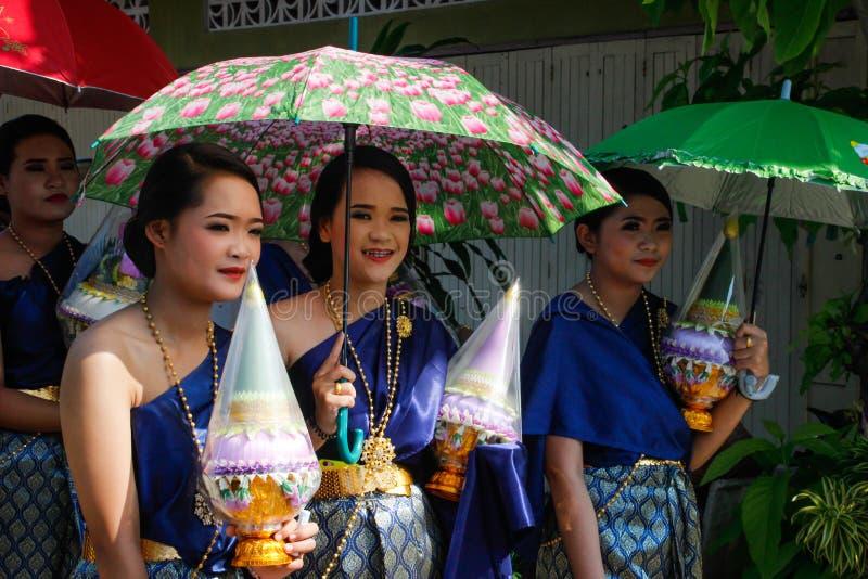 Cerimônia de casamento na rua Grupo de mulheres em vestidos festivos sob um guarda-chuva imagem de stock royalty free