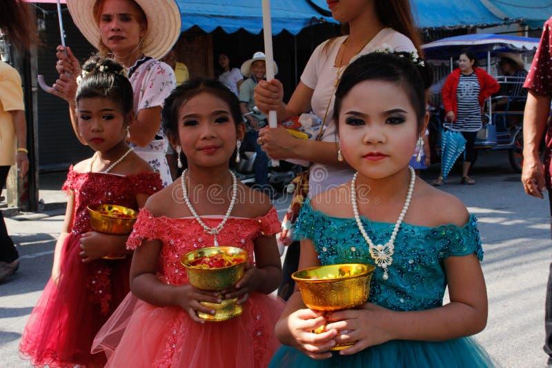 Cerimônia de casamento na rua Três meninas tailandesas pequenas com composição e em vestidos elegantes para guardar flores fotografia de stock