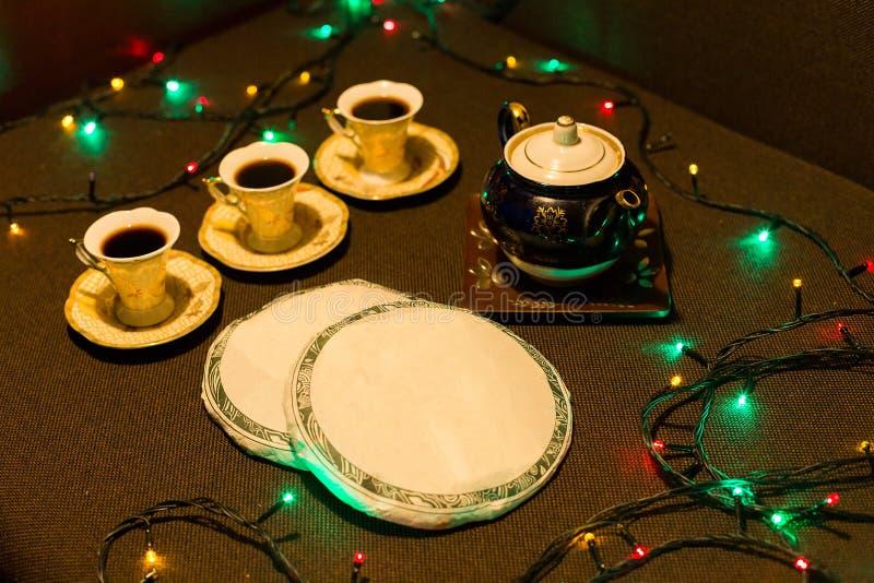 Cerimônia de chá chinesa, Puer na variedade, no bule marrom cerâmico para o chá da fabricação de cerveja e nos materiais um plutô fotos de stock