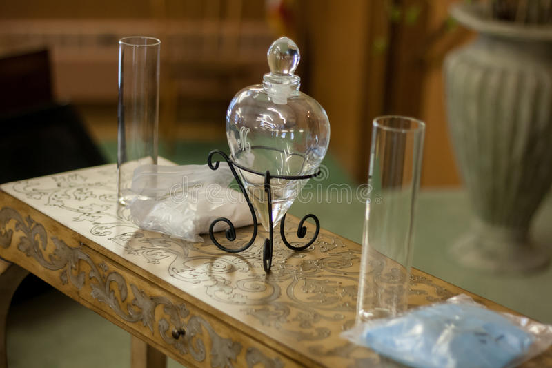 Cerimônia da areia do casamento com o vaso de vidro do coração fotos de stock