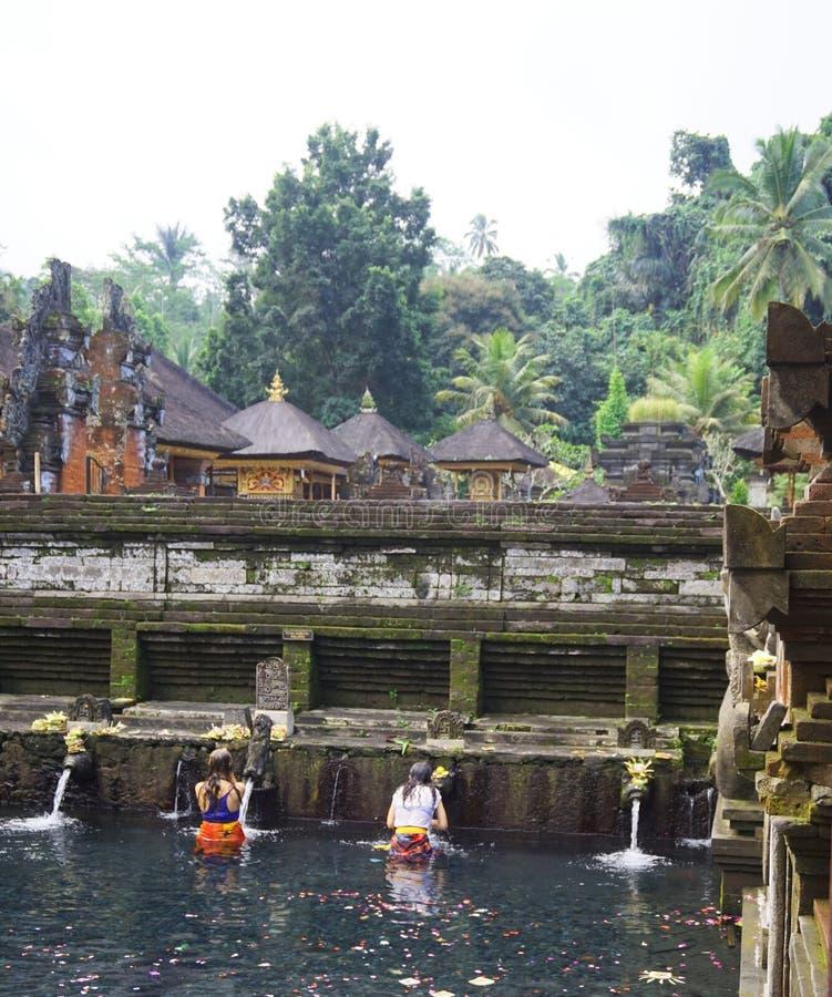 Cerimônia de banho ritual Bali Indonésia fotografia de stock royalty free