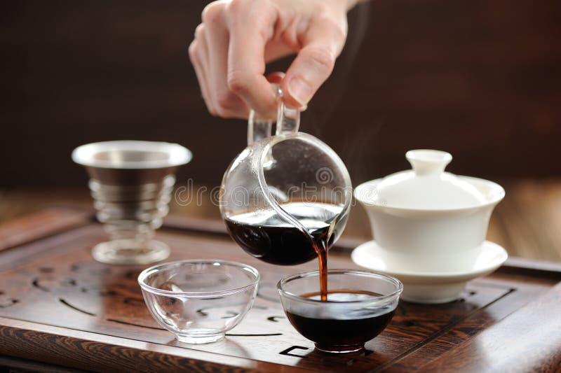 Cerimônia de chá de China com o chá do puerh que fabrica cerveja em haiwan imagem de stock