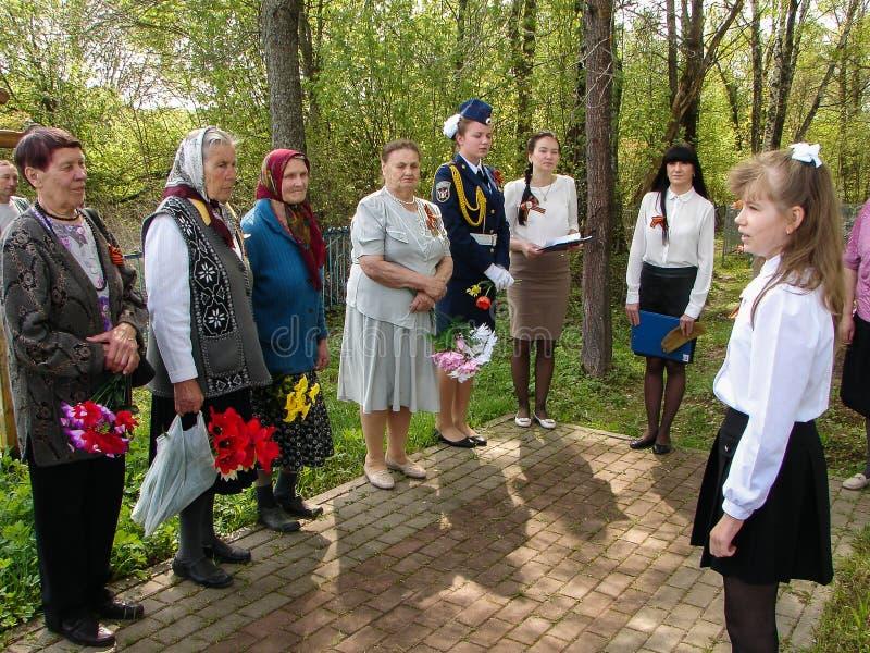 A cerimônia na sepultura maciça na vila da região de Kaluga (Rússia) em 8 pode 2016 foto de stock