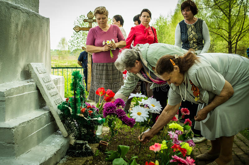 A cerimônia na sepultura maciça na vila da região de Kaluga (Rússia) em 8 pode 2016 imagem de stock