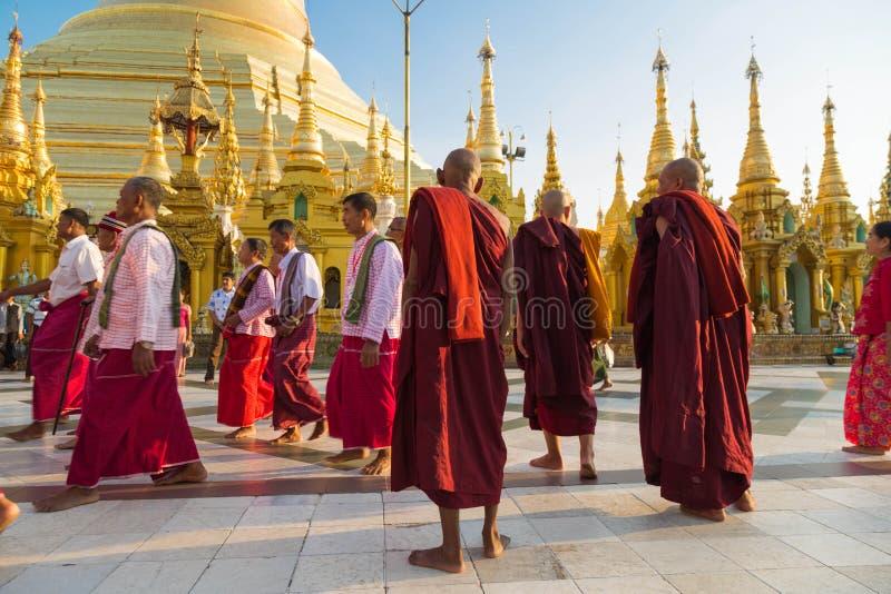 Cerimônia no pagode de Shwedagon, Yangon da classificação, Myanmar imagem de stock royalty free