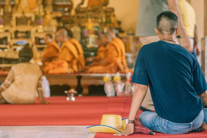 Cerimonia buddista di classificazione nella chiesa del tempio buddista fotografie stock