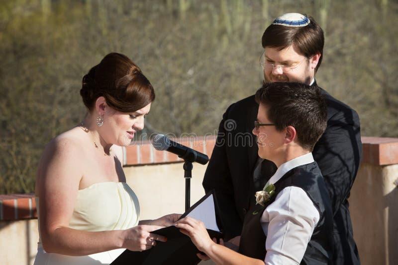 Cerimonia di matrimonio lesbica delle coppie immagine stock libera da diritti