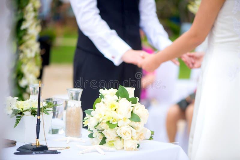 Cerimonia di nozze delle coppie di amore fotografia stock libera da diritti
