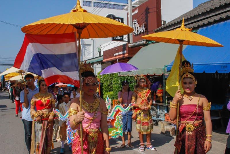 Cerimonia di nozze sulla via Giovani donne attraenti in vestiti tradizionali e supporto dei gioielli sotto gli ombrelli ed i mazz fotografia stock