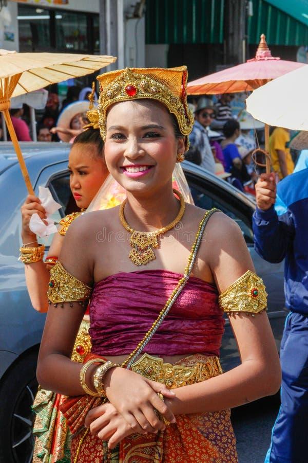 Cerimonia di nozze sulla via Le giovani donne tailandesi attraenti in vestiti e gioielli tradizionali sono sorridere sveglio immagine stock libera da diritti