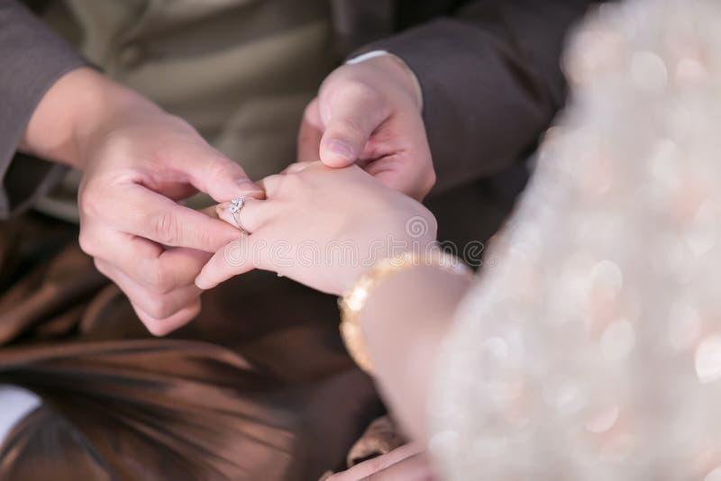 Cerimonia di cerimonia nuziale Le fedi nuziali di scambio dello sposo e della sposa immagini stock