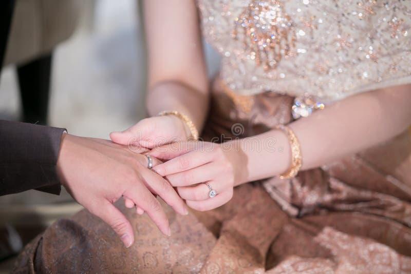 Cerimonia di cerimonia nuziale Le fedi nuziali di scambio dello sposo e della sposa immagine stock