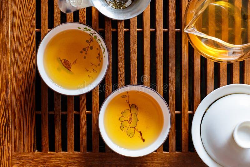 Cerimonia di tè cinese, tè del puer di shen, vetro trasparente, Pialats, insieme di tè immagini stock