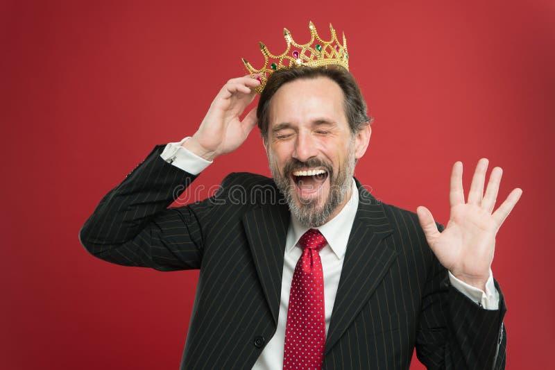 Cerimonia diventata di re Sono solo superiore Premio e risultato Superiorità ritenente Essendo essere umano superiore Uomo barbut fotografie stock