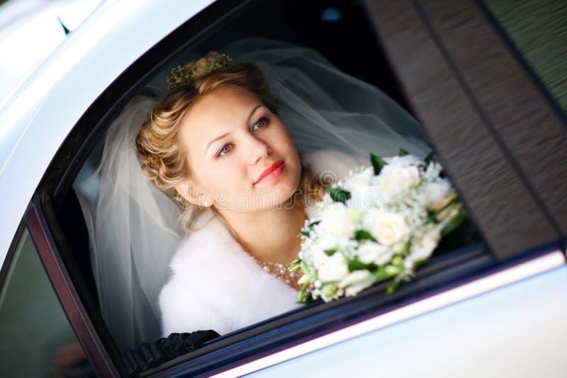 cerimonia nuziale del ritratto dell'automobile della sposa immagine stock