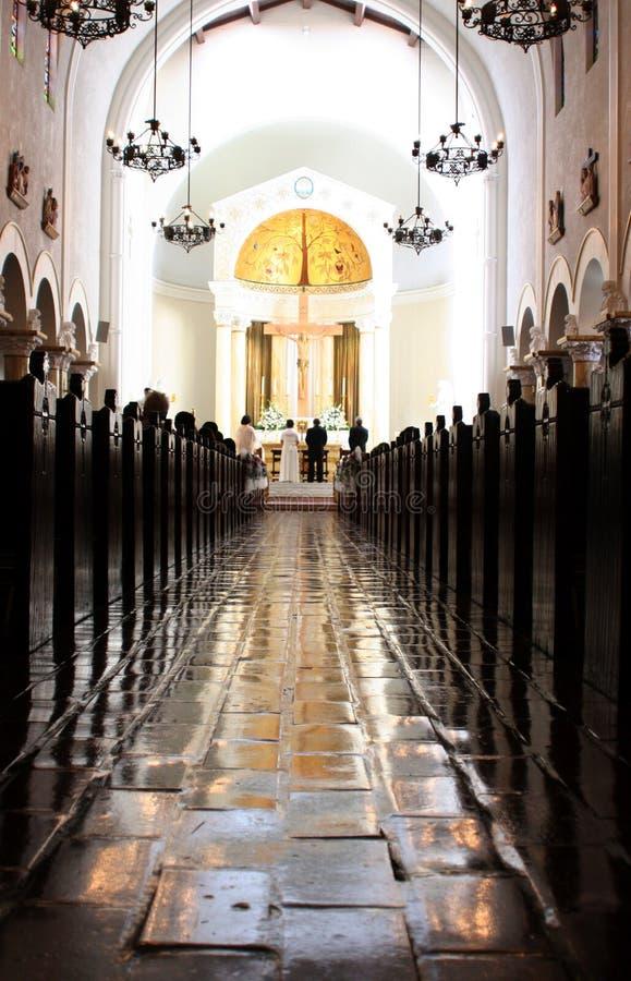 Cerimonia nuziale della chiesa cattolica immagini stock libere da diritti