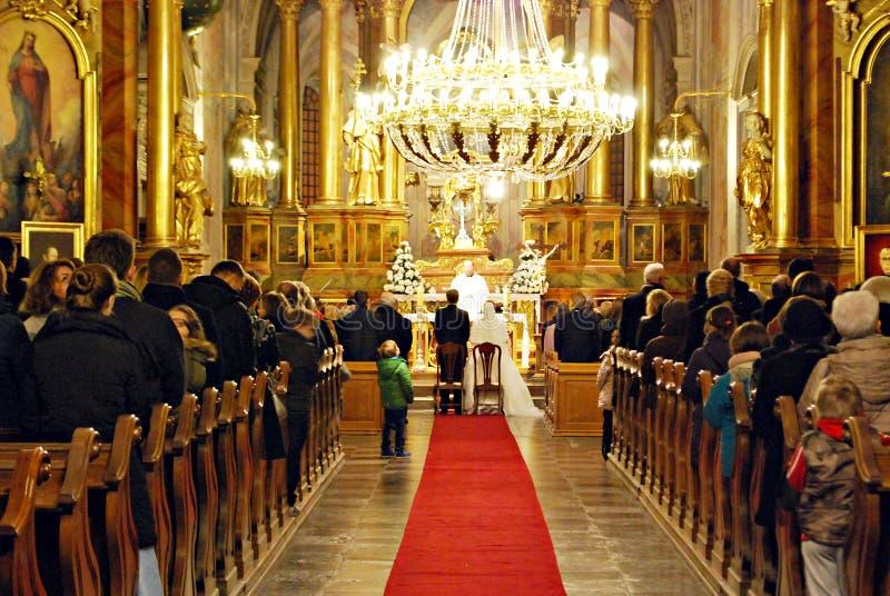 Cerimonia nuziale della chiesa Sposa e sposo alla chiesa durante la cerimonia di nozze immagini stock libere da diritti
